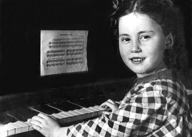 Парень жестко овладел блондинкой на пианино